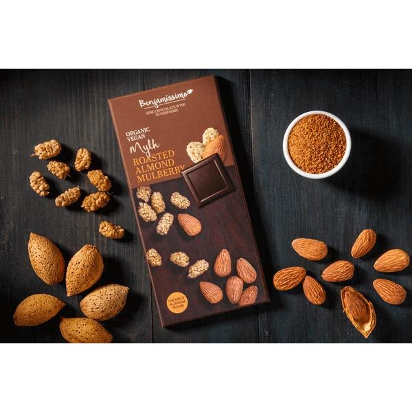 شوكولاته عضوية مع اللوز المحمص والتوت بينجاميسمو